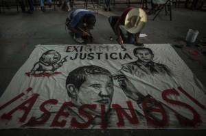 """Ayotzinapa sí fue crimen de Estado; """"Peña sigue violentando físicamente a padres de normalistas"""" / Tomada de Revolución 3.0"""