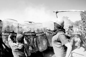 Normalistas y padres se enfrentan a militares en el cuartel de Iguala