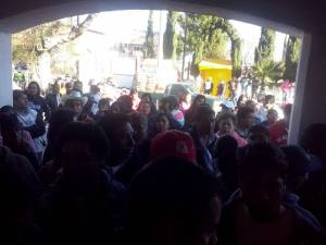 Habitantes de San Francisco Magú reclamando la devolucion de sus instalciones comunitarias