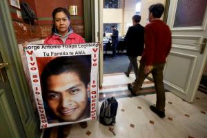 Hilda Legideño, madre de uno de los 43 normalistas de Ayotzinapa, fue una de las asistentes a la sesión del Comité de la ONU sobre desapariciones forzadas. Afuera del recinto desplegó una manta con la fotografía de su hijo. Foto: AP La Jornada