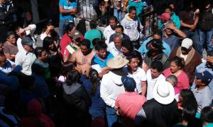 Indigenas otomies discutiendo con simpatizantes del municipe Martin Sobreyra