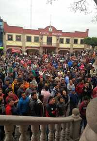 Habitantes de Coyotepec, estado de México, exigieron la salida del alcalde, Alfredo Anguiano, luego que policías municipales desalojaron a colonos de los pozos de agua que éstos custodiaban / Foto Silvoa Chávez. La Jornada