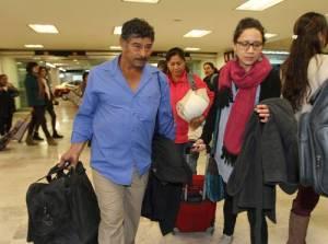 Bernabé Abraján e Hilda Legideño, padres de dos de los 43 normalistas de Ayotzinapa desaparecidos, arriban al aeropuerto de la ciudad de Mexico para viajar a Ginebra / Foto Roberto García Ortiz. La Jornada
