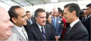 Amador Monroy Estrada al centro de la imagen saludándose con Enrique Peña Nieto