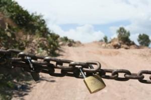 Comuneros priistas impiden acceso de observadores a zona minera. El acceso a la mina de Zacualpan.  Foto: Gustavo Herrera / Proceso