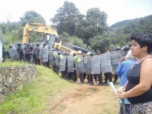 Maquinaria ingresa con el respaldo de la policía estatal