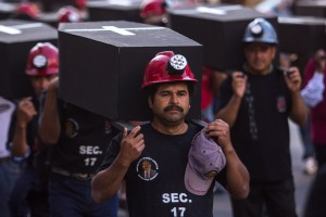 MÉXICO, D.F., 18FEBRERO2013.- Decenas de mineros integrantes de la Asamblea Nacional del Sindicato Minero, realizaron una marcha luctuosa en conmemoración del séptimo aniversario del accidente en la mina de Pasta de Conchos del Monumento a la Revolución al Ángel de la Independencia. FOTO: ENRIQUE ORDÓÑEZ /CUARTOSCURO.COM