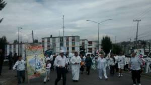 Unos 500 habitantes de las colonias Hogares, San Miguel Xochimanga y Las Peñitas, del municipio de Atizapán, estado de México, marcharon ayer vestidos de blanco y con globos del mismo color para pedir paz y que se combata la delincuencia / Foto: Silvia Chávez  - La Jornada