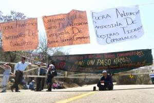 Comuneros de San Martín Mexicapan bloquearon la entrada a la zona arqueológica de Monte Albán, en Oaxaca, para exigir a las autoridades estatales y municipales solucionar un conflicto con miembros de Antorcha Campesina. Los acusan de derruir 40 casas para apoderarse de los terrenos / Foto: Jorge A. Pérez Alfonso - La Jornada