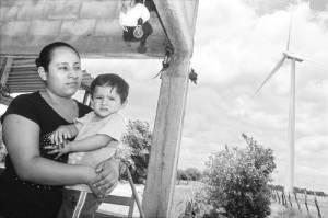 La familia Herrera carece de servicio eléctrico pese a que hay aerogeneradores en el terreno que habitan, en el municipio de Juchitán de Zaragoza, Oaxaca, donde se ubica el parque eólico Bií Stinú / Foto:  Jorge A. Pérez Alonso - La Jornada