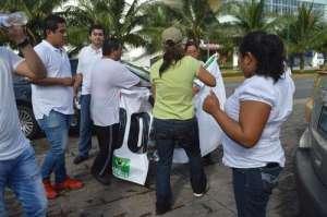 Ambientalistas abuchearon a integrantes del PVEM que querían colocar sus mantas en Tajamar / Foto Carlos Águila - La Jornada