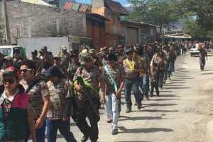 Marcha de policías comunitarios en Petaquillas, municipio de Chilpancingo, Guerrero / Foto: Sergio Ocampo - La Jornada