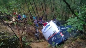 Un niño muerto y 20 heridos deja caída de autobús a un barranco en Edomex / Foto: @fondo edomex